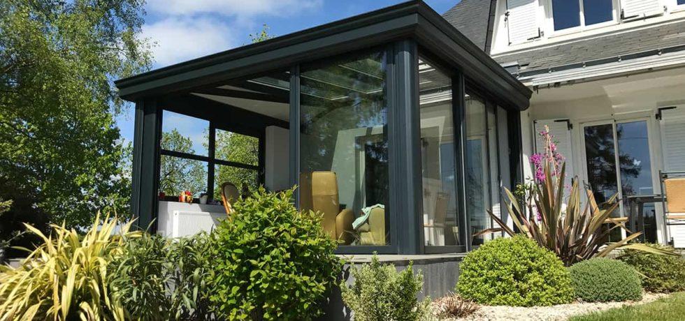 Véranda extension salon ouverte sur le jardin - Réalisation Design vérandas 44