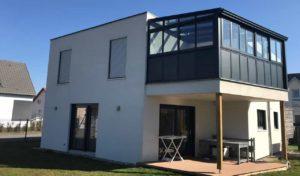 Extension véranda sur terrasse en aluminum noir, style atelier