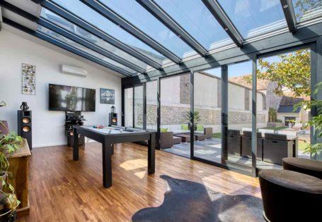 Véranda extension en aluminium noir style verrière pour salle de jeu et loisir