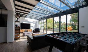 Véranda extension en aluminium style moderne pour salon et salle de jeu