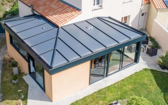 Extension véranda en aluminium et maçonnerie style moderne
