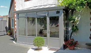Petite véranda en aluminium grs style atelier pour SAS d'entrée.